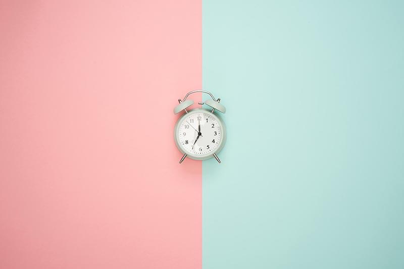 horloge-fond-rose-gini-concept-design